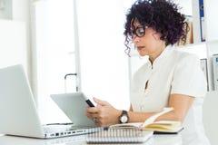 Красивая коммерсантка работая с ее цифровой таблеткой в офисе Стоковые Изображения