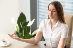 Красивая коммерсантка размышляя в офисе Стоковая Фотография