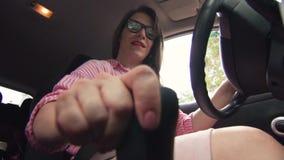 Красивая коммерсантка сидя за колесом акции видеоматериалы