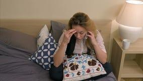 Красивая коммерсантка споря очень сердитое на телефоне сидя на кровати дома видеоматериал