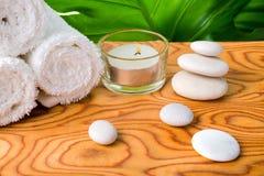 Красивая концепция белых камней, свеча курорта, свернула полотенца и Стоковая Фотография