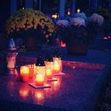 Красивая концепция ночи осени Кладбище и хеллоуин Свеча в могиле предпосылка halloween Стоковое Изображение RF