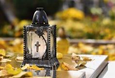 Красивая концепция осени к кладбищу и хеллоуину Свеча в фонарике на могиле предпосылка halloween Стоковая Фотография RF