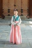 Красивая корейская девушка в Hanbok на Gyeongbokgung, традиционном корейском платье Стоковое Фото