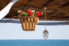 Красивая корзина смертной казни через повешение с искусственными цветками Стоковая Фотография