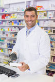Красивая коробка медицины скеннирования аптекаря Стоковые Фото