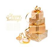 Красивая коробка подарка в упаковочной бумаге золота стоковые изображения rf