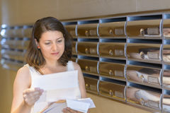 Красивая корреспонденция чтения женщины Стоковые Изображения RF