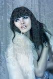 Красивая, который замерли девушка в лесе зимы Стоковые Фотографии RF