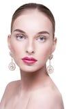 Красивая красивая белая женщина с серьгами Стоковые Фотографии RF