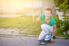 Красивая красивая девушка едет на шоссе на улице Longboard сценарной Солнечный тонизировать Портрет конца-вверх Стоковое Изображение RF