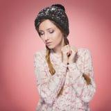 Красивая красная женщина волос в обмундировании зимы: теплые свитер, шарф и шляпа с снегом на всем она Изолированный на розовом к Стоковое Изображение RF