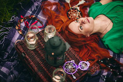 Красивая красная женщина волос лежа в траве Стоковое Изображение RF