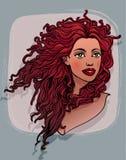 Красивая красная курчавая с волосами женщина Стоковые Изображения