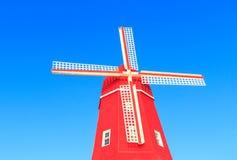 Красивая красная мельница против голубого неба стоковое фото rf