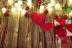 Красивая красная роза на день ` s валентинки, коробка формы сердца на деревянной коробке помещенной на изолированной деревянной з стоковое изображение rf
