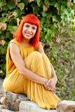 Красивая красная с волосами женщина в парке Стоковые Фото