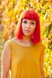 Красивая красная с волосами женщина в парке Стоковое Изображение