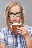 Красивая кружка молодой женщины чая стоковые фотографии rf