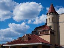 Красивая крыша дома против неба Стоковое фото RF
