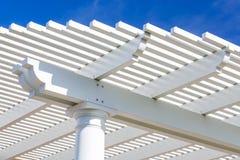 Красивая крышка патио дома против голубого неба Стоковые Изображения RF