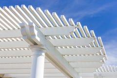 Красивая крышка патио дома против голубого неба Стоковые Изображения