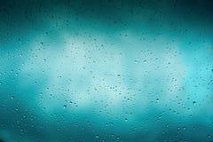 Красивая крышка предпосылки градиента Падения дождя на стекле с темными облаками Приветствие для дизайна Стоковое Фото