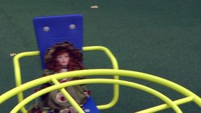 Красивая кукла включает carousel в парке города сток-видео