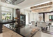 Красивая кухня роскошной квартиры Стоковая Фотография