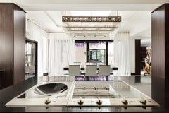 Красивая кухня роскошной квартиры Стоковые Изображения