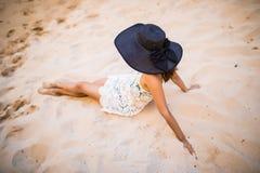 Красивая латинская женщина наслаждается временем пляжа лета около пляжа пещер океана красивого Стоковое Изображение RF
