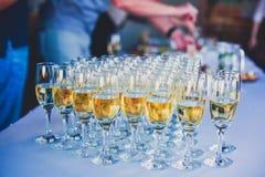Красивая линия различных покрашенных коктеилей спирта с дымом на рождественской вечеринке, текила, Мартини, водочке, и других на  стоковое изображение