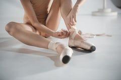 Красивая маленькая балерина кладя пешком ботинки pointe Стоковое фото RF