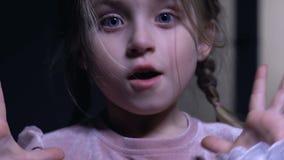Красивая маленькая девочка внезапно устрашила, пугающая ночь, фобия темноты акции видеоматериалы