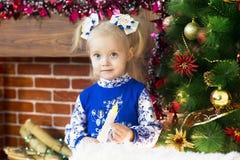 Красивая маленькая девочка встречает рождество стоковое изображение