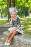 Красивая маленькая девочка в винтажный представлять платья стоковое изображение rf