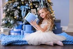 Красивая маленькая девочка в изумительном платье Стоковая Фотография RF