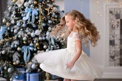 Красивая маленькая девочка в изумительном платье Стоковые Изображения RF