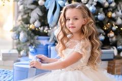 Красивая маленькая девочка в изумительном платье Стоковое Изображение RF