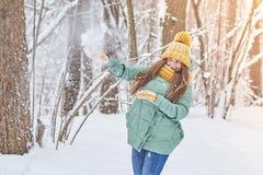 Красивая маленькая девочка в связанной шляпе, играя в снеге в лесе Стоковая Фотография RF