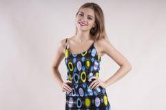 Красивая маленькая девочка девушки в студии платья модной Стоковые Фото