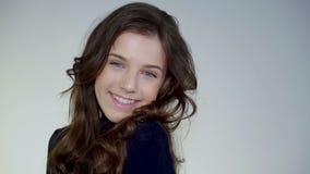 Красивая маленькая девочка жизнерадостно усмехаясь на камере акции видеоматериалы