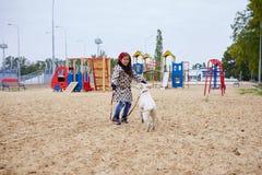 Красивая маленькая девочка играя с собакой outdoors Концепция любимчика Стоковые Фото