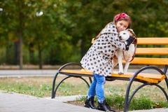 Красивая маленькая девочка играя с собакой outdoors Концепция любимчика Стоковое Изображение