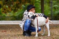 Красивая маленькая девочка играя с собакой outdoors Концепция любимчика Стоковое фото RF