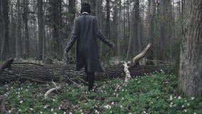 Красивая маленькая девочка идя через лес весны видеоматериал