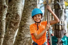 Красивая маленькая девочка имея потеху в парке приключения, Черногории Стоковое Изображение RF