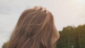 Красивая маленькая девочка касается ее волосам в природе Чувственный конец-вверх портрета молодость бобра Лето видеоматериал