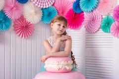 Красивая маленькая девочка на вечеринке по случаю дня рождения стоковое фото rf