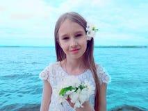 Красивая маленькая девочка на речном береге стоковое фото rf